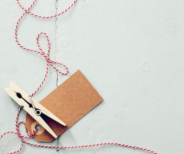 Pin no chão com etiqueta de papel e linha