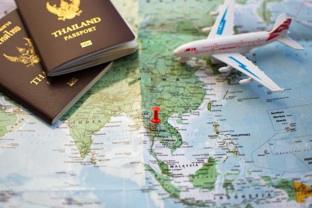 Pin no mapa de localização para o plano de viagem com a câmera bússola de passaporte e notebook.