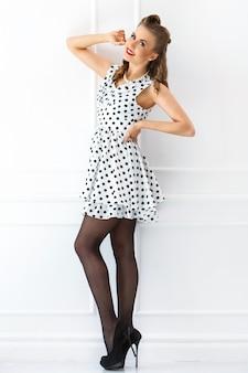Pin-up de mulher em vestido bonito