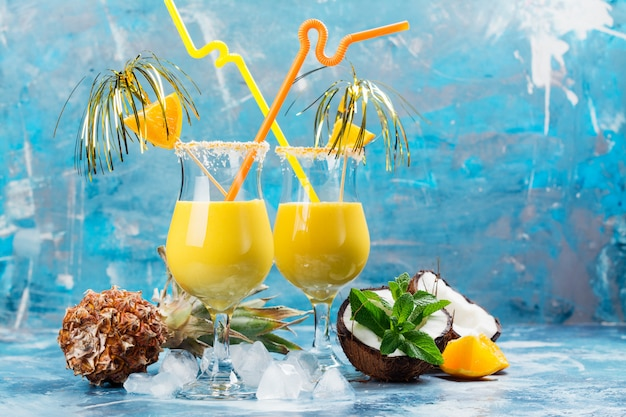 Pina colada cocktail e ingredientes