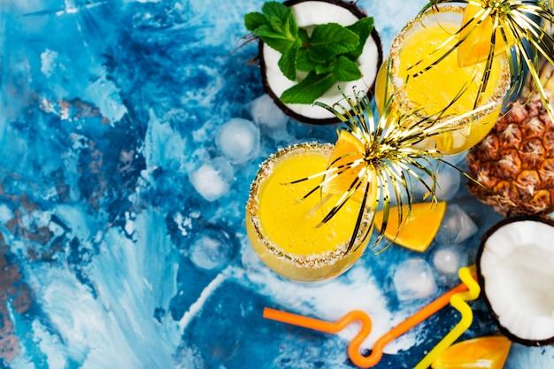 Pina colada cocktail e ingredientes