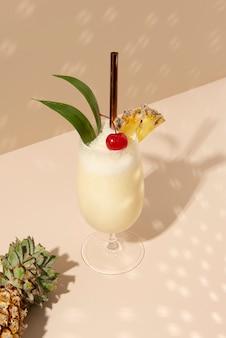 Pina colada com abacaxi e cereja por cima