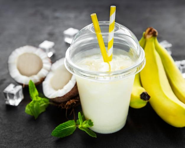 Pina colada coquetel alcoólico fresco servido frio com coco e banana