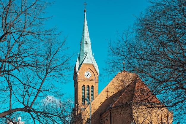 Pináculo da igreja de santa maria da assunção em kispest. budapeste, hungria Foto Premium