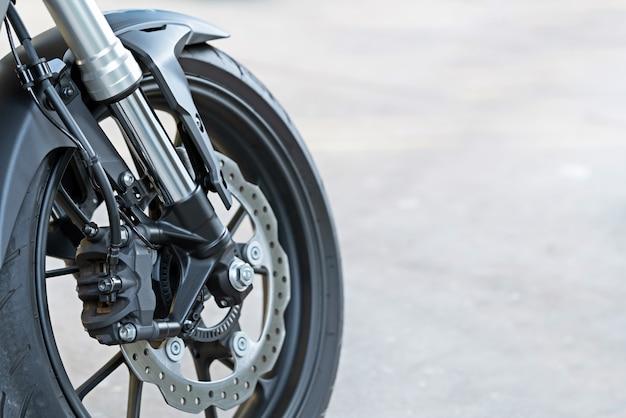 Pinça de montagem radial em motocicleta com freio a disco e sistema abs em uma moto esportiva.