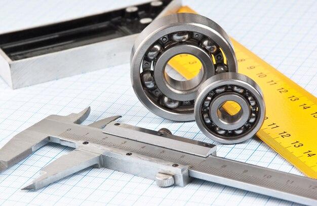 Pinças com rolamento em papel milimetrado