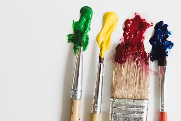 Pincéis com tinta