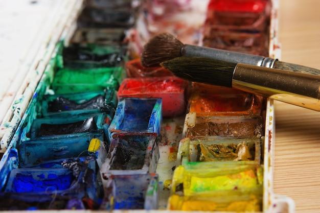 Pincéis de artistas e tintas aquarela na paleta