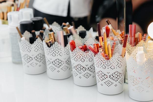 Pincéis de maquiagem de close-up em um salão de beleza.