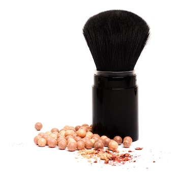 Pincéis de maquiagem e pó isolado no branco