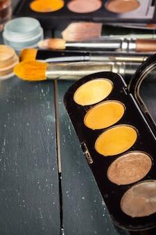 Pincéis de maquiagem e sombras de maquiagem