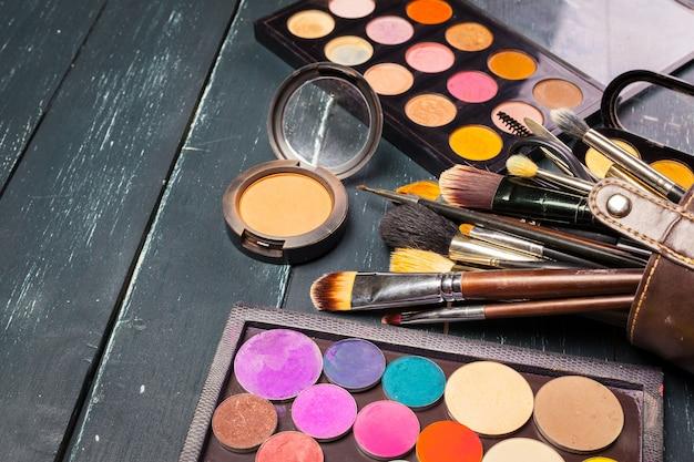 Pincéis de maquiagem e sombras para os olhos