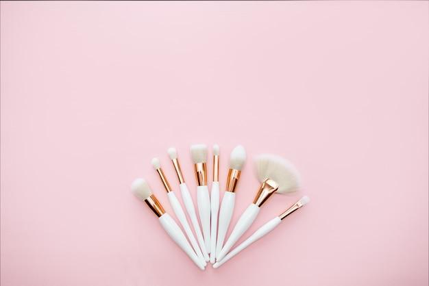 Pincéis de maquiagem em um fundo rosa