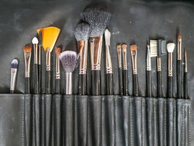 Pincéis de maquiagem. ferramentas de maquiagem. após a limpeza, os pincéis de maquiagem terminam e secam as cerdas para que a senhora use novamente.