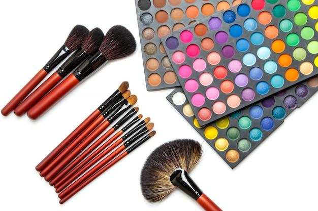 Pincéis de maquiagem profissional e paleta de sombras