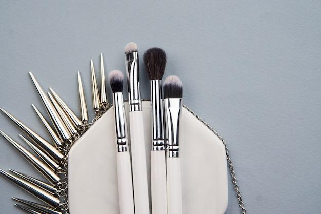 Pincéis de maquiagem profissional na mesa cinza