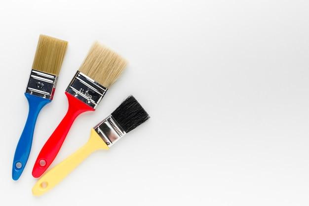 Pincéis de pintura colorida com espaço de cópia