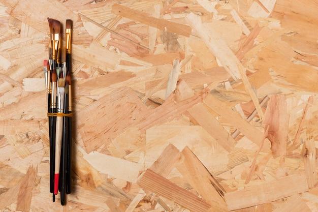 Pincéis de pintura pequenos amarrados copiam o espaço