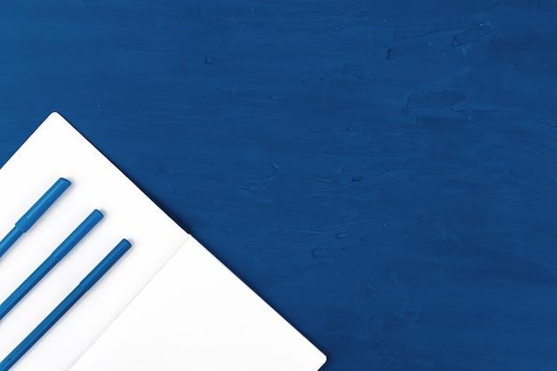 Pincéis de tinta azul, vista de cima