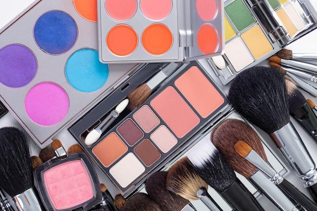Pincéis e ferramentas de maquiagem profissional.