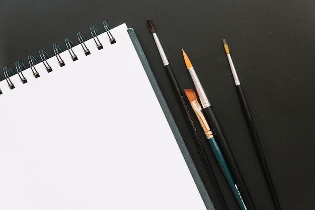 Pincéis e notebook
