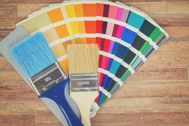 Pincéis e paleta de cores