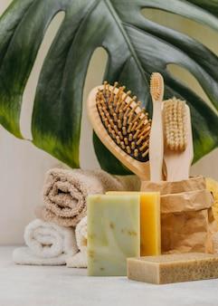 Pincéis e sabonetes de madeira natural