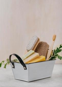 Pincéis e sabonetes diversos em uma vista frontal da cesta