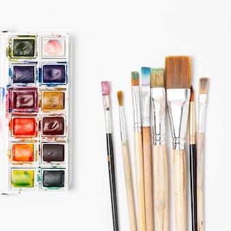 Pincéis e tinta aquarela