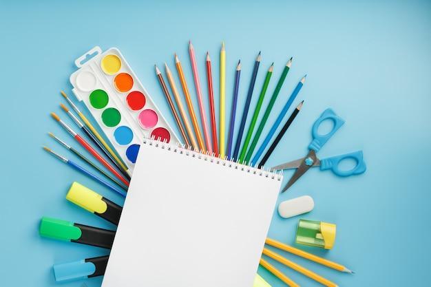Pincéis e tintas com material escolar