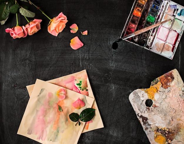 Pincéis e tubos de tintas a óleo sobre madeira