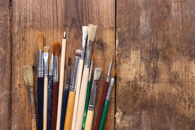 Pincéis em um fundo de madeira
