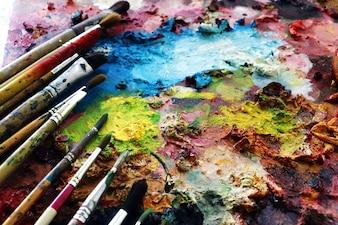 Pincéis em um pintor de ful cor em blackground.