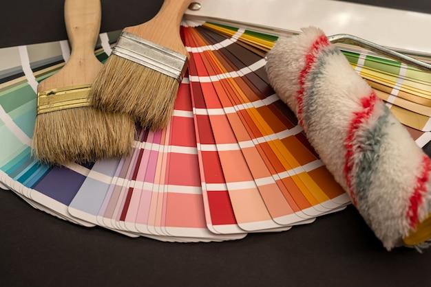 Pincéis na paleta de diferentes cores e tons para design