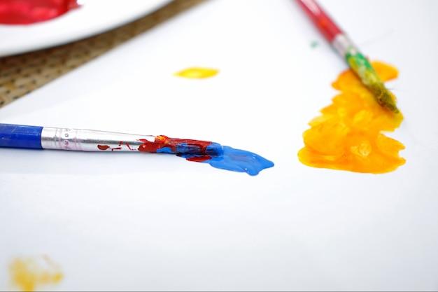 Pincel art tinta mista na paleta