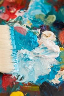 Pincel com arranjo de paleta de pintura