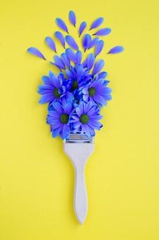 Pincel com flores da primavera e espaço de cópia