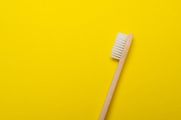 Pincel de bambu em uma superfície amarela
