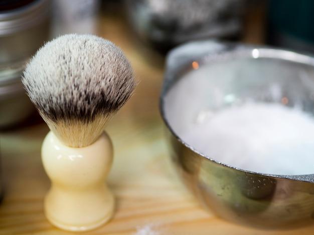 Pincel de barba e creme em uma barbearia