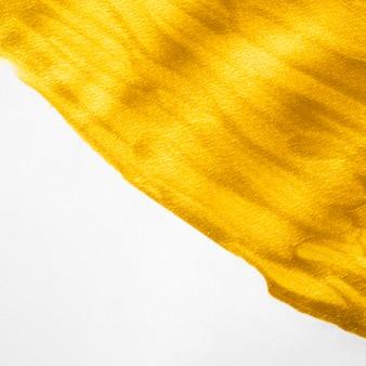 Pincel de close-up de tinta dourada