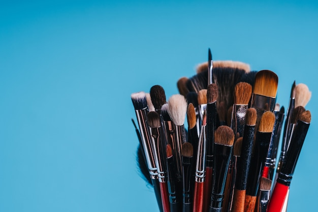 Pincel de maquiagem close-up para colorir os olhos