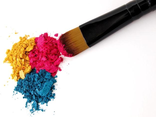 Pincel de maquiagem com sombras esmagadas coloridas