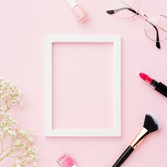 Pincel de maquiagem e batom com moldura vazia