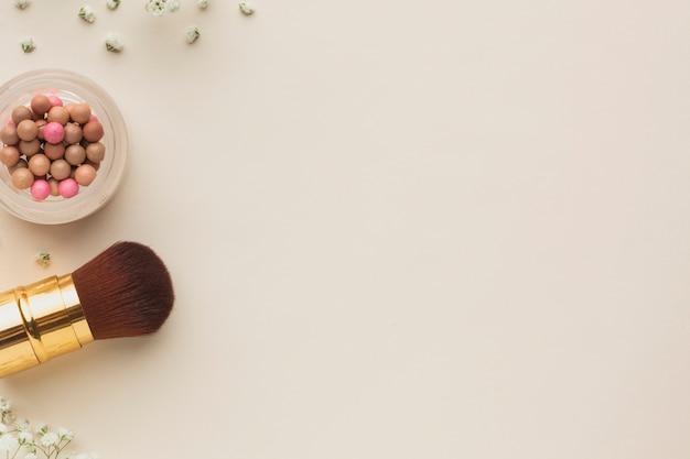 Pincel de maquiagem e blush na cópia de espaço de tabela