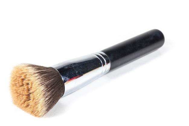 Pincel de maquiagem marrom em fundo branco