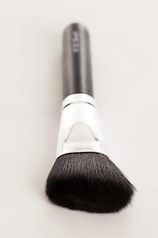 Pincel de maquiagem natural com pó bege
