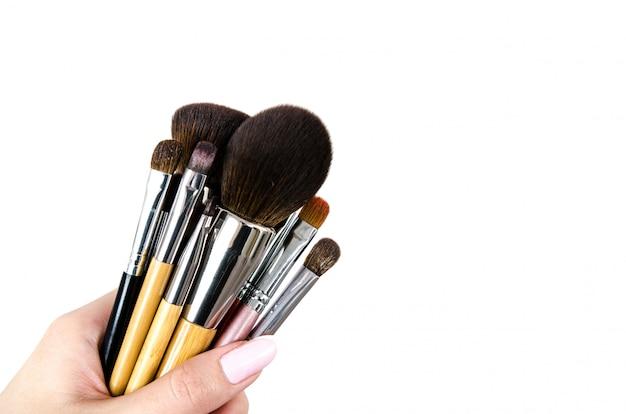 Pincel de maquiagem profissional na mão feminina