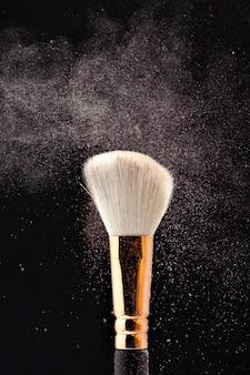 Pincel de maquiagem profissional preto com pó rosa