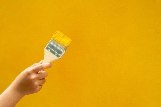 Pincel de pintura de parede amarela manual, reparo, renovação