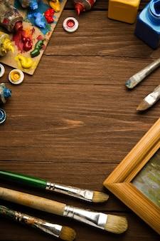 Pincel e pintura na mesa de madeira